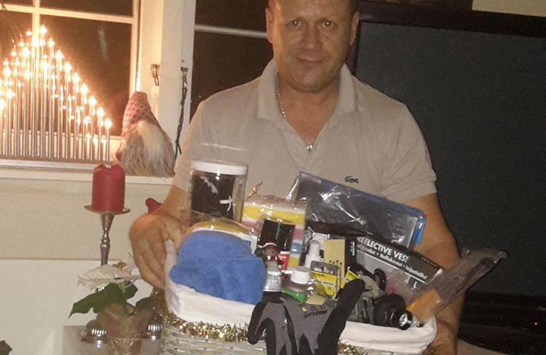 "John Steinar Mandt med den store julegaven ""fra"" Facebook-gruppa"
