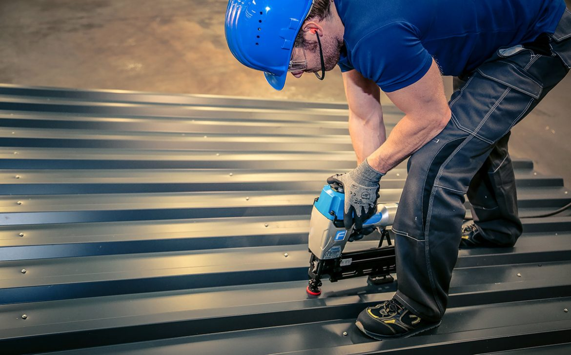 Skyter fast takplater med RoofLoc.