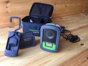 Radio, batteri og oppbevaringsveske.
