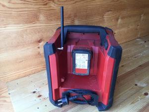 Lett tilgjengelig og bra beskyttet batteri.
