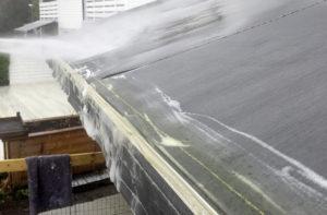 Spyl av, med høytrykksvasker, hageslange eller vannekanne.