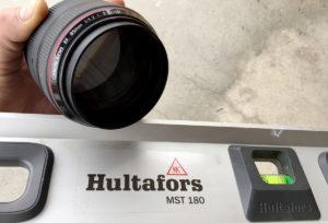 To kladeiser av glass og aluminium. Canon EF 85/1,2 og Hultafors MST 180.