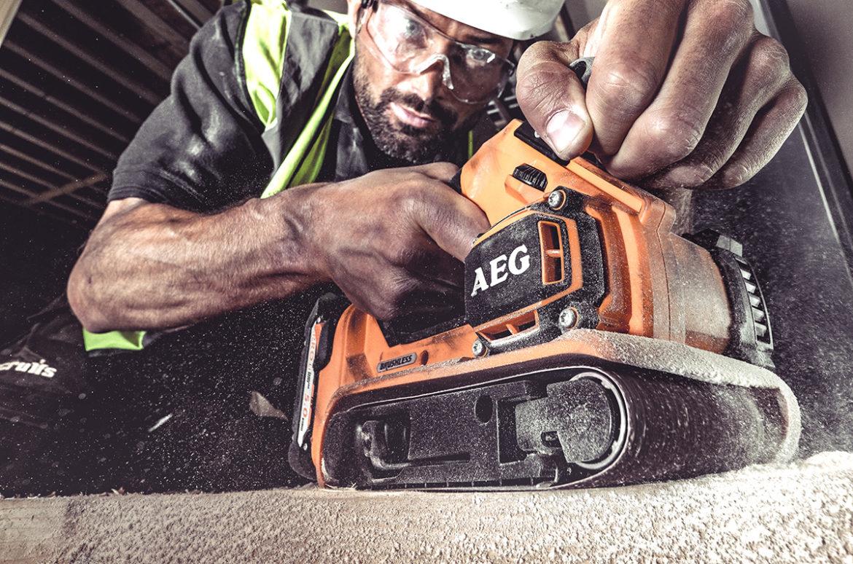 AEG BHBS18-75BL båndsliper på 18V batteri.
