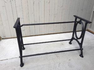 60-70 kilo tungt bord understell i støpejern. Her etter puss, lakk og klarlakk.