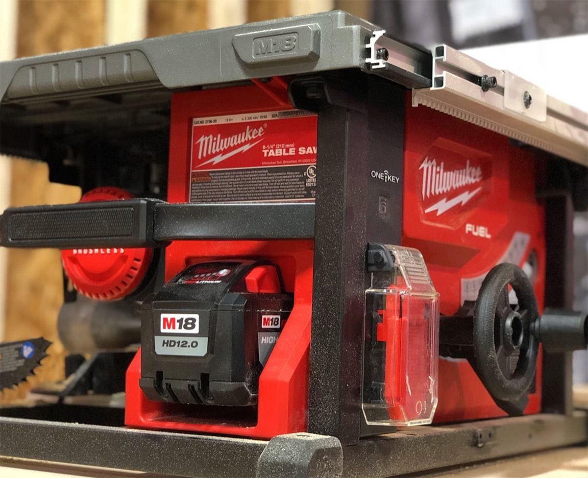 Milwaukee M18 Fuel bordsag med 12Ah batteri.
