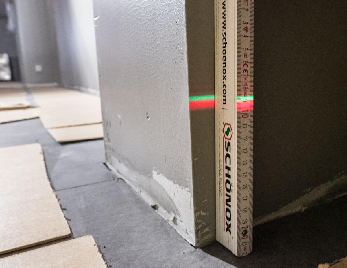 Rød og grønn laserstråle på vegg