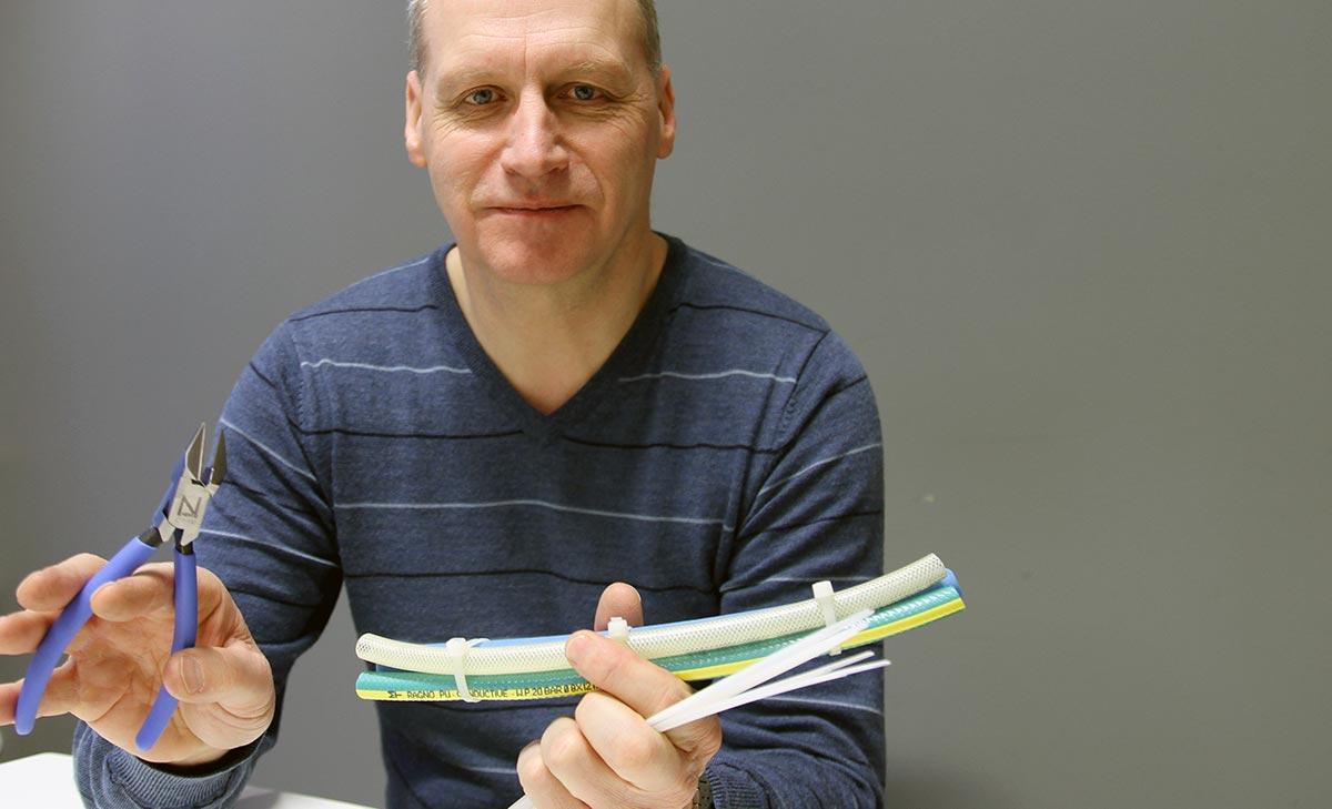 Produktsjef Roar S. Johansen i Würth med skråavbiter for strips