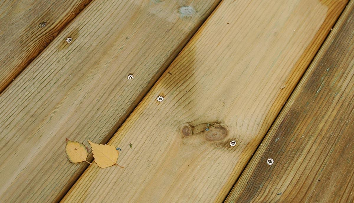 Terrassebord skutt fast med spikerpistol.