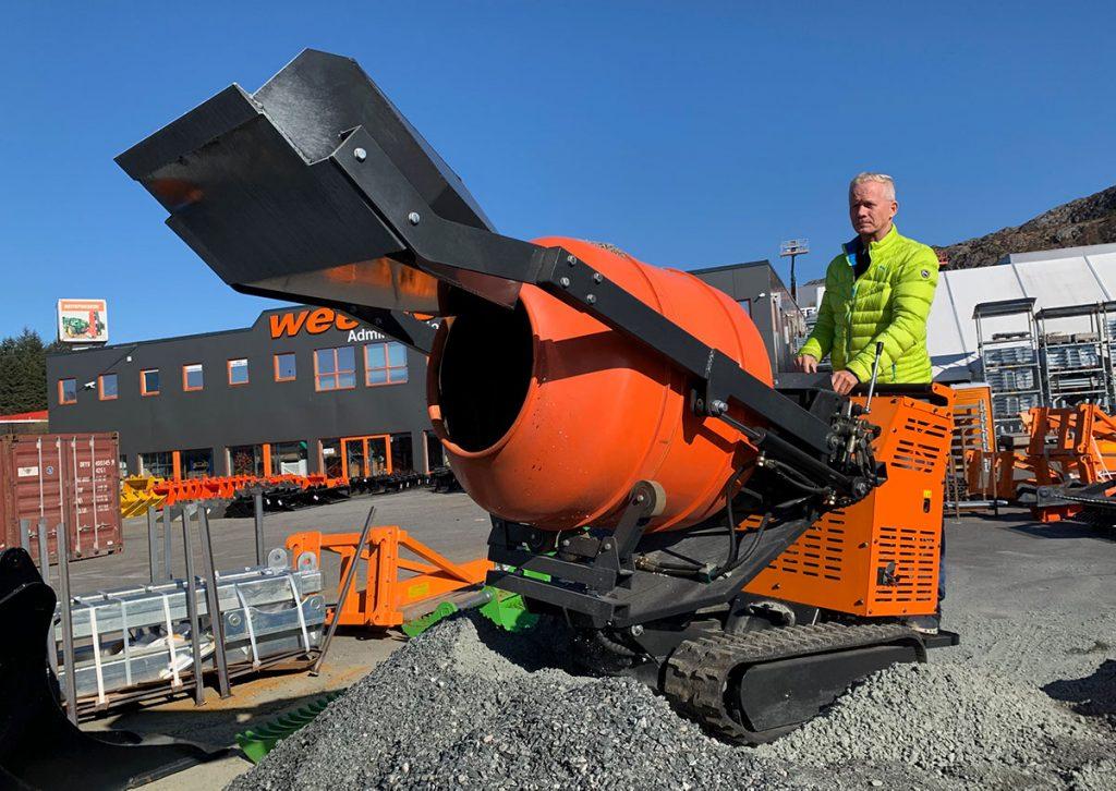 Rune Wee er godt fornøyd med sin nye BOB SF650 minidumper og betongblander.