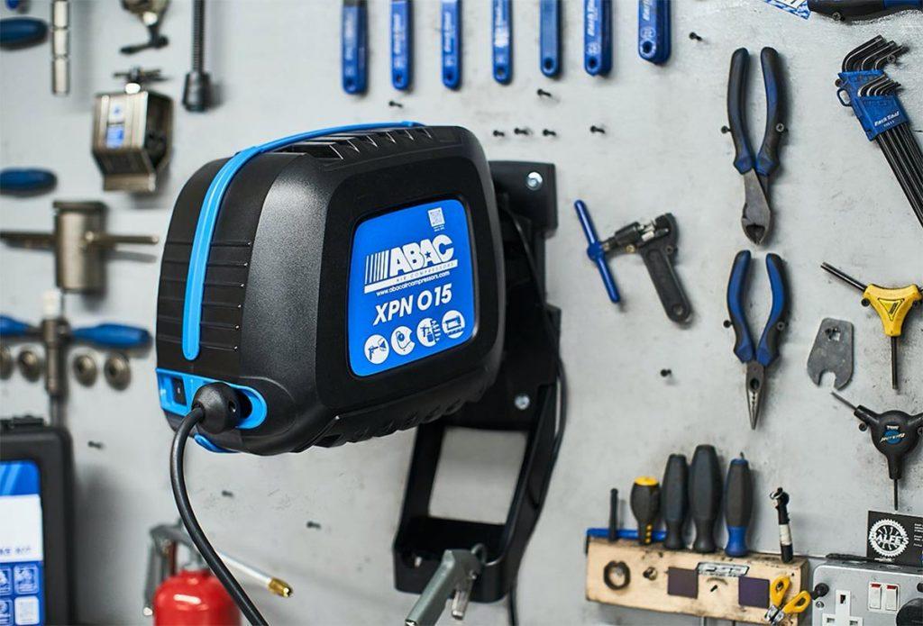 Abac XPN O15 kompressor og slangetrommel på sykkelverksted
