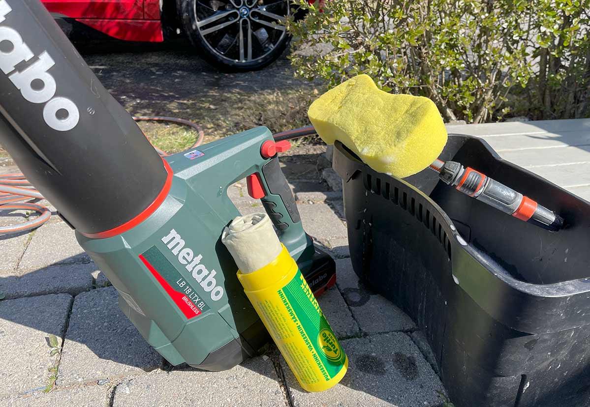 Bilvask med løvblåser