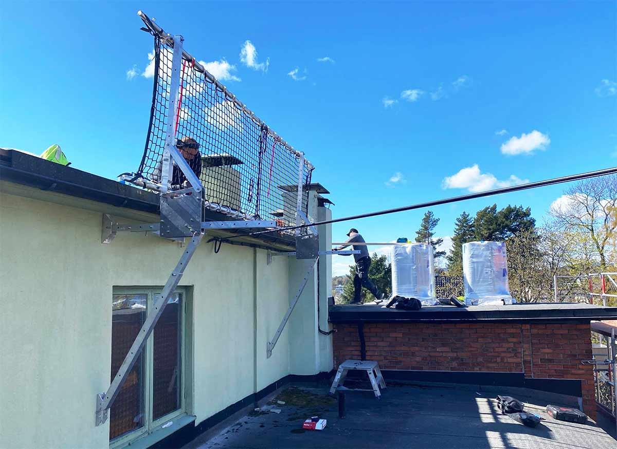 Med veggfeste kan det arbeides helt ut til enden av taket med Roofbarrier